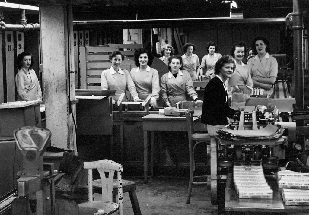 Women workers in cube department; Reference code: AM1592-1-S2-F01 : 2011-092.0467.