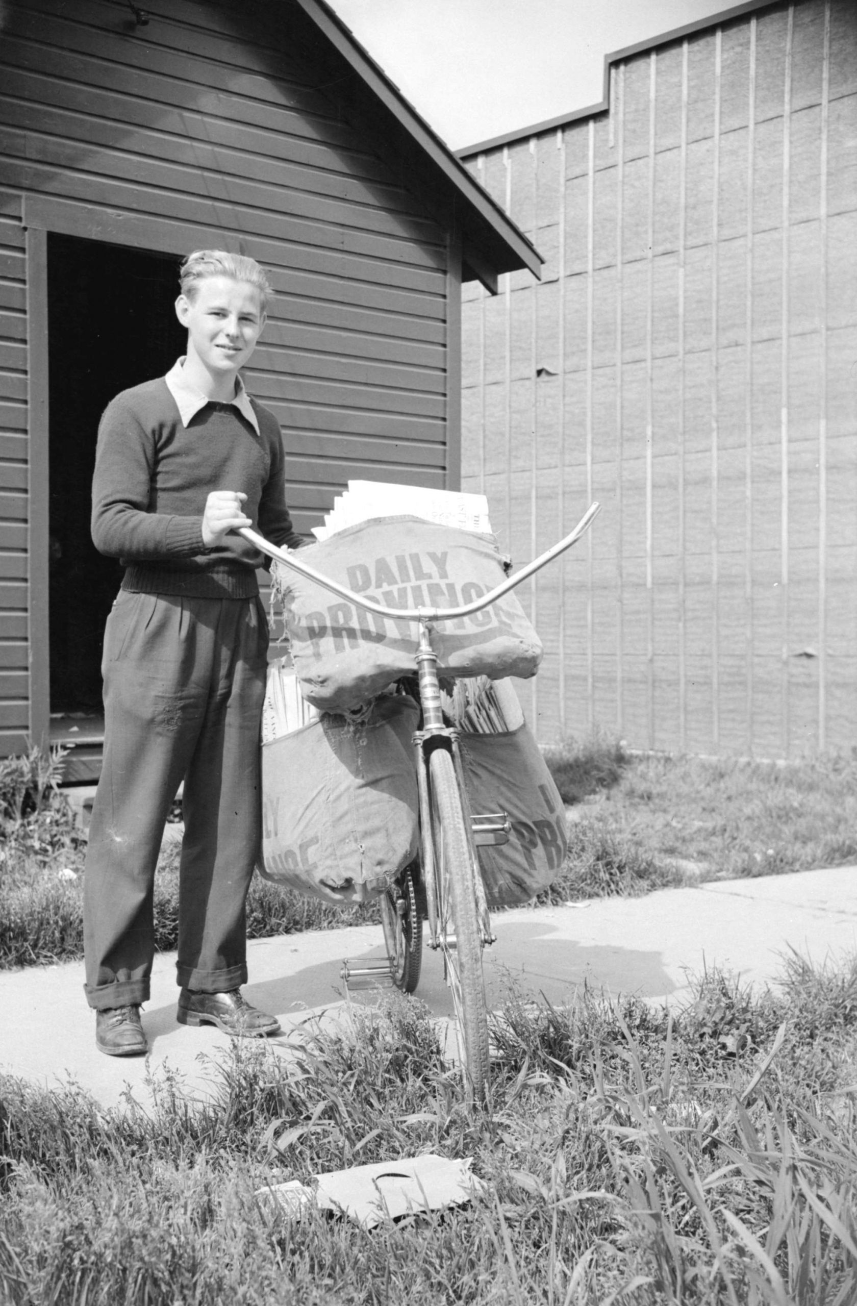 Newspaper delivery boy. Reference code: AM1184-S3-: CVA 1184-862